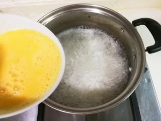 糖桂花酒酿蛋花,将蛋液慢慢淋入锅中