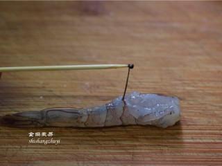 凤尾虾球,切去虾头,剥开虾壳,留尾巴最后一节不要剥,在虾背上竖着切一刀,用牙签挑出虾肠。