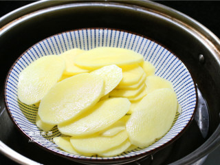 凤尾虾球,放入蒸锅中,大火蒸15分钟,用筷子能轻松压碎证明土豆已经软烂。
