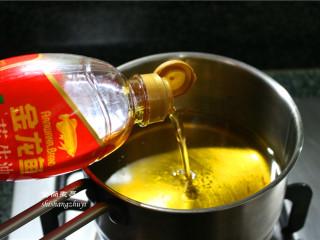 凤尾虾球,分量不多,咱们就用小一点的锅来油炸,这样的话就可以省油省时间。锅里倒入食用油,大火煮开。