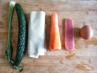 五彩豆皮卷——解年腻必备,准备食材。将各种食材洗净,胡萝卜去皮。