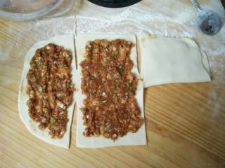千层肉饼,如图从没抹肉馅的一段开始折叠