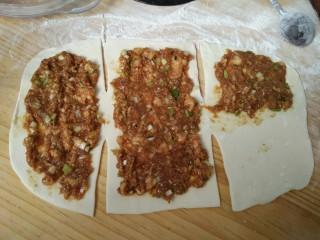 千层肉饼,如图抹上肉馅(均匀)