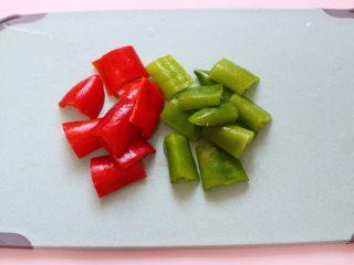 超爽的麻辣孜然烤肉串,这个时候把青红椒洗净后,用刀切成块状。