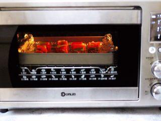 超爽的麻辣孜然烤肉串,启动烤箱170度烤制23分钟。