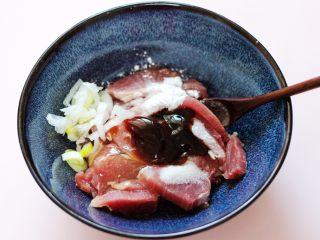 超爽的麻辣孜然烤肉串,所有的调料都加入以后,再把切丝的葱放到碗里面。