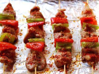 超爽的麻辣孜然烤肉串,再撒上孜然粉粒和辣椒面,喜欢吃辣的可以多撒一些,如果是给孩子吃,还是不要放辣椒面了哟。