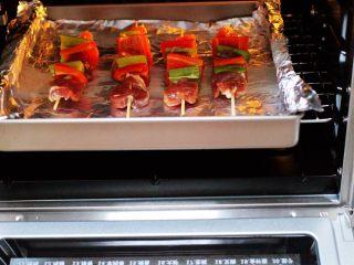 超爽的麻辣孜然烤肉串,烤箱170度提前预热5分钟后,把肉串放到烤箱中层。