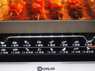 超爽的麻辣孜然烤肉串,把肉串再次放到烤箱里继续烤制13分钟即可。