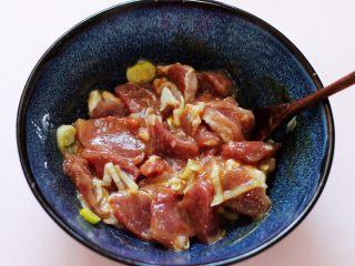 超爽的麻辣孜然烤肉串,把碗里所有的肉和调料混合后搅拌均匀,腌制半个小时。