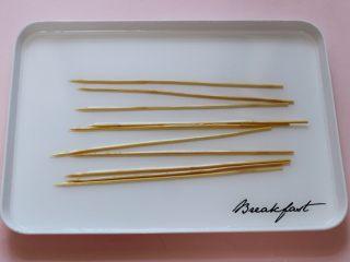 超爽的麻辣孜然烤肉串,把串肉的竹签子提前用清水浸泡一会儿。