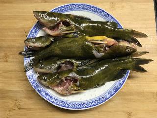 蘑菇汪丁鱼汤,先把买来的汪丁去掉内脏后清洗干净。