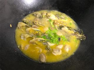 蘑菇汪丁鱼汤,等煮至鱼汤浓稠就可以熄火了,出锅前撒上香葱就可以了