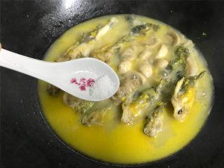 蘑菇汪丁鱼汤,然后把炒好的蘑菇一起放入锅中,煮开后加少许的盐调味