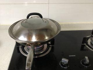 泡椒魔芋丝,盖着盖子烧十来分钟,让其更加入味