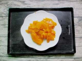 椰蓉南瓜小方,放入锅中,隔水蒸熟。