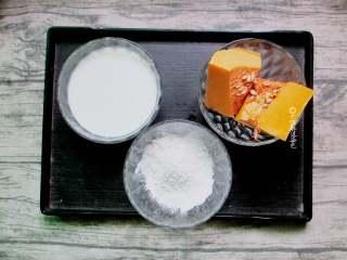 椰蓉南瓜小方,准备南瓜150克、牛奶100毫升、砂糖1勺、淀粉15克、椰蓉适量,如果有淡奶油的也可以放一点更好吃