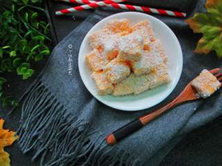 椰蓉南瓜小方,裹上椰蓉,最美味也是最常见的一种。有时也会裹上可可粉或抹茶粉,换换口味,换换心情。