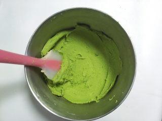 奶香酥脆曲奇,取一半面糊装入另外一个容器内,加入抹茶粉,用刮刀碾压均匀,面糊细腻,碾压后的面糊装入裱花袋后更容易挤,同样的方法也将原色面糊碾压的细腻些