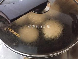 舒芙蕾松饼,盖上锅盖,3分钟左右,翻面,再3分钟左右,就差不多可以出锅了