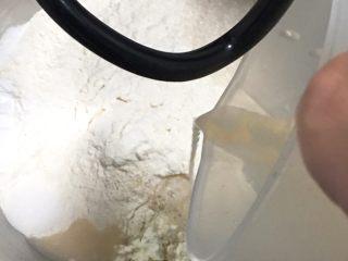 快速早餐吐司片-鸡蛋味,清水加温至37度,发酵粉倒入温水中孵化,再倒入厨师机。