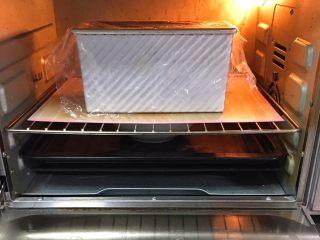 快速早餐吐司片-鸡蛋味,吐司盒送入烤箱两次发酵,方法同上也是60分钟。