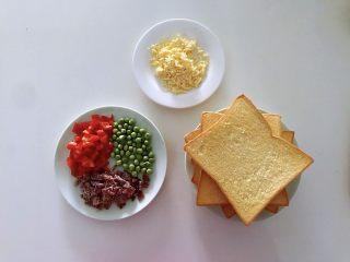 披萨吐司盏,补钙、补充胶原蛋白,准备好所有食材。豌豆清洗,卤牛肉切成丁,可提前多卤一些保存吃的时候拿出来很方便,红椒清洗干净切丁。