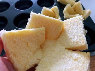 披萨吐司盏,补钙、补充胶原蛋白,切好的吐司片向一个方向重叠。