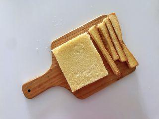 披萨吐司盏,补钙、补充胶原蛋白,用刀把吐司四周的边切掉,用擀面杖稍稍擀薄点,增加吐司的紧实度。