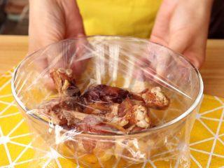 电饭锅焖饭,盖上保鲜膜,放入冰箱冷藏1小时以上腌制入味