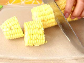 电饭锅焖饭,玉米切段 tips:加入玉米焖出来的米饭会有玉米的香味,因为我和宝宝都爱吃玉米,所以会加一根玉米,在吃完饭后,我家宝宝还会吃一两截玉米,大家也可以不加