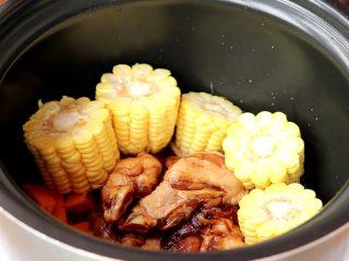 电饭锅焖饭,再依次放入南瓜丁,玉米