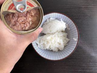 日式海苔饭团,加入金枪鱼罐头
