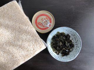 日式海苔饭团,准备食材,米饭蒸熟备用