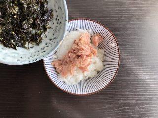 日式海苔饭团,倒入海苔碎(我用的成品海苔碎,也可以海苔片剪碎)