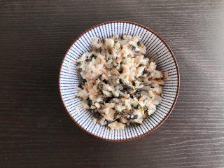 日式海苔饭团,充分搅拌均匀