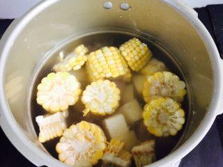 小寒养生汤+糯米山药玉米筒骨汤,水量莫过食材的2/3