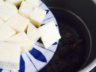 小寒养生汤+糯米山药玉米筒骨汤,倒入糯米山药