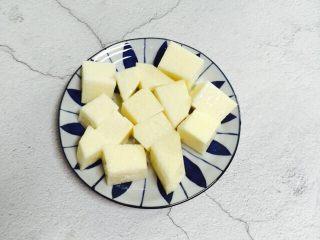 小寒养生汤+糯米山药玉米筒骨汤,糯米山药去皮洗干净切块装盘备用