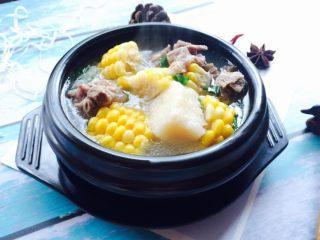 小寒养生汤+糯米山药玉米筒骨汤,成品图