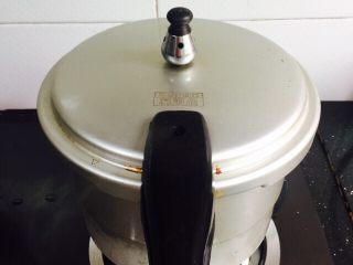 小寒养生汤+糯米山药玉米筒骨汤,盖上锅盖大火烧开上汽五分钟转中火煮二十分钟