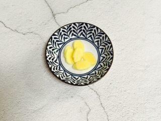 小寒养生汤+糯米山药玉米筒骨汤,姜洗净去皮切片备用