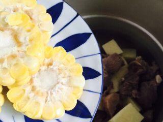 小寒养生汤+糯米山药玉米筒骨汤,倒入玉米、姜片、八角(忘记拍了😂)