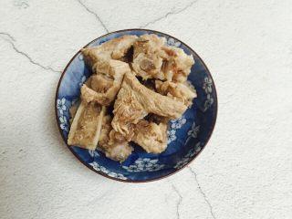 小寒养生汤+糯米山药玉米筒骨汤,清洗干净沥干水分备用