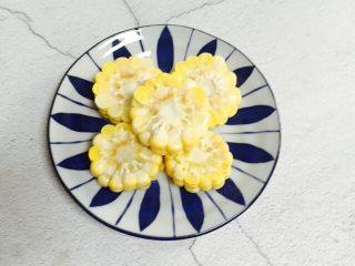 小寒养生汤+糯米山药玉米筒骨汤,玉米清洗干净切块装盘备用