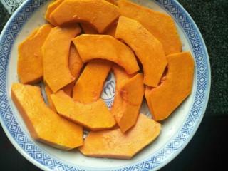 南瓜蒸排骨,切好的南瓜垫在盘上。