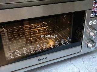 芒果酥,烤箱提前230度预热5分钟。