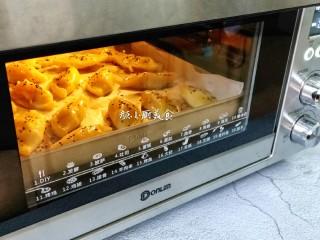 芒果酥,刷在芒果酥表面,撒上黑芝麻,再放入烤箱230度烤10分钟。