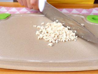 时蔬肉末烩麻食,煮好的鸡脯肉,用冷水清洗干净,切成碎末 tips:如果是9月龄以下的宝宝尽量打成泥状