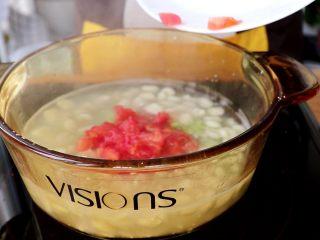 时蔬肉末烩麻食,煮好的麻食中依次加入卷心菜碎和西红柿碎